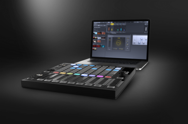 native_instruments_maschine-jam_with-laptop